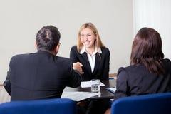 Fêmea que agita as mãos na entrevista de trabalho