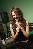 Fêmea que canta no mic. imagem de stock royalty free
