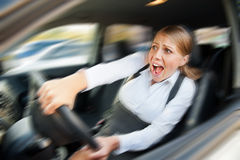 Fêmea que conduz o carro e que grita Fotos de Stock