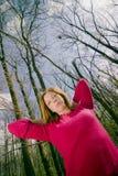 Fêmea que está na floresta Fotografia de Stock