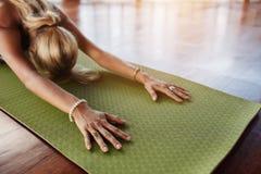 Fêmea que faz esticando o exercício na esteira do exercício fotos de stock royalty free