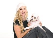 Fêmea que joga com cão pequeno imagens de stock royalty free