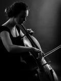 Fêmea que joga o violoncelo preto e branco Fotografia de Stock Royalty Free