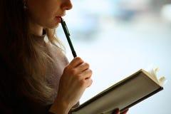 Fêmea que lê um livro Imagens de Stock