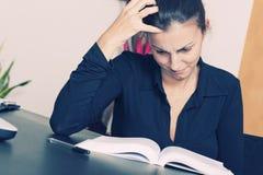 Fêmea que lê um livro fotografia de stock royalty free