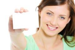 fêmea que mostra o cartão do bussiness Fotos de Stock Royalty Free