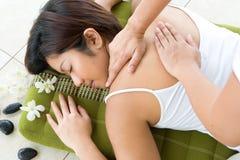 Fêmea que recebe a massagem traseira nos termas Fotos de Stock Royalty Free