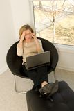 Fêmea que trabalha no escritório home fotografia de stock