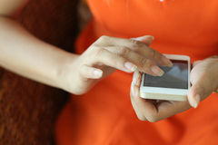 Fêmea que usa um telefone esperto Fotografia de Stock
