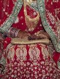 Fêmea que veste pulseira e anéis elegantes à disposição imagem de stock royalty free