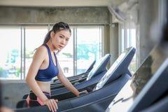 Fêmea são cometidos para exercitar As mulheres estão incorporando um programa de controle do peso Jovens que correm na escada rol fotos de stock royalty free