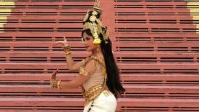 Fêmea sobrenatural bonita do dançarino de Apsara na mitologia asiática vídeos de arquivo