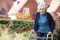 Fêmea superior no jardim usando o quadro de passeio foto de stock