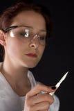 A fêmea surgoen com escalpelo Imagens de Stock