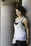 Fêmea urbana com cabelo escuro Imagens de Stock Royalty Free