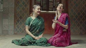 Fêmeas admiradas no sari que cheira o saquinho perfumado video estoque