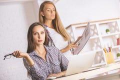 Fêmeas bonitas que trabalham no projeto Foto de Stock