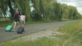 Fêmeas com as malas de viagem que viajam no campo filme