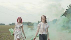 Fêmeas felizes com as bombas de fumo que saltam fora filme