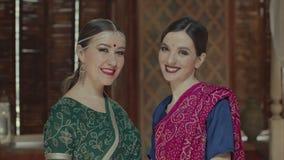 Fêmeas indianas lindos do estilo que comem com os olhos invitingly vídeos de arquivo