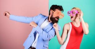 Fête au bureau Meilleurs amis Couples dans l'amour rapports Cou heureux images libres de droits