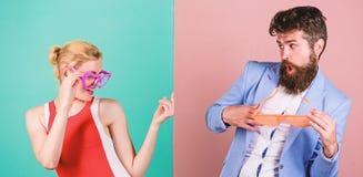 Fête au bureau Meilleurs amis Couples dans l'amour rapports Cou heureux photo libre de droits