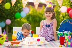 Fête d'anniversaire avec le gâteau coloré à l'arrière-cour Images libres de droits