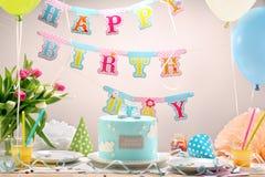 Fête d'anniversaire avec le gâteau et les ballons bleus images stock