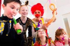 Fête d'anniversaire d'enfants avec le clown et le sort de bruit Images libres de droits