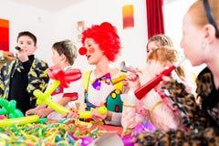 Fête d'anniversaire d'enfants avec le clown et le sort de bruit Photographie stock
