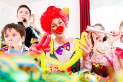 Fête d'anniversaire d'enfants avec le clown et le sort de bruit Image stock