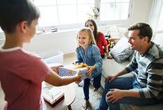 Fête d'anniversaire de famille donnant le cadeau image stock