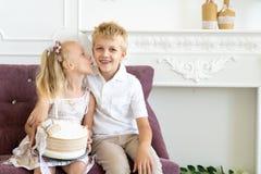 Fête d'anniversaire de frère de soeur photos stock
