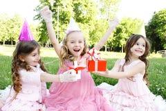 Fête d'anniversaire des enfants à l'extérieur Images libres de droits