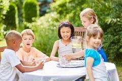 Fête d'anniversaire des enfants avec de l'eau potable d'enfants Images libres de droits