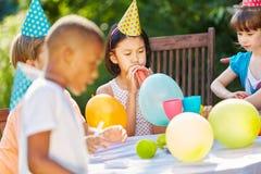 Fête d'anniversaire des enfants dans le jardin Images stock