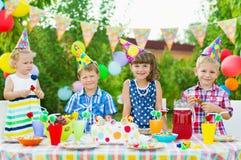 Fête d'anniversaire extérieure pour des enfants en bas âge Photo stock