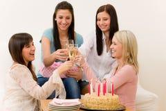 Fête d'anniversaire - femme grillant avec le champagne Image stock