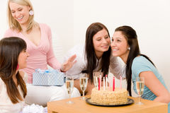 Fête d'anniversaire - femme obtenant actuel Image stock