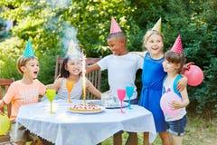 Fête d'anniversaire interraciale Image stock