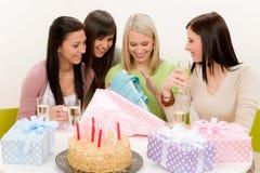 Fête d'anniversaire - la femme déroulent le présent, célébrant Photo stock