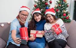 Fête de Noël avec des amis, Asiatique, selfie asiatique de femme avec le smil photo stock