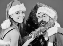 Fête de Noël Homme avec la barbe et femme avec les visages de sourire image libre de droits