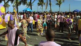 Fête de rue Rio de Janeiro de carnaval de danseurs et de spectateurs banque de vidéos