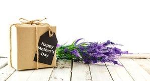 Fête des mères - boîte-cadeau de Brown avec la carte Photographie stock libre de droits
