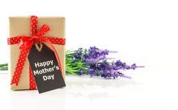 Fête des mères - boîte-cadeau de Brown avec la carte sur le blanc Photos stock