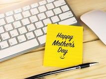 Fête des mères heureuse avec le visage souriant d'icône, sur la note collante Photographie stock libre de droits