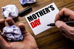 Fête des mères des textes d'écriture Concept pour la célébration de salutations de maman écrite sur le papier de note de carnet s Images stock