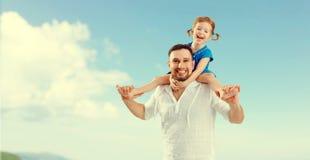 Fête des pères heureuse de famille fille de père et d'enfant jouant et Photos stock