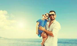 Fête des pères heureuse de famille fille de père et d'enfant jouant et Images libres de droits